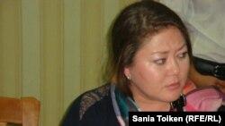 Құқық қорғаушы Әсел Нұрғазиева журналистермен кездесіп отыр. Жаңаөзен, 16 қараша 2012 жыл.