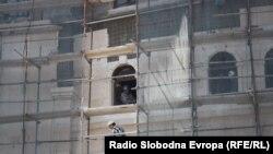 Работник на скеле на музејот на ВМРО