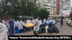 Не дочекавшись дій міської влади, львів'яни самі почали впорядковувати сміттєві майданчики