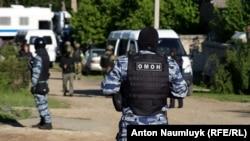 Российские силовики проводят обыск в Крыму