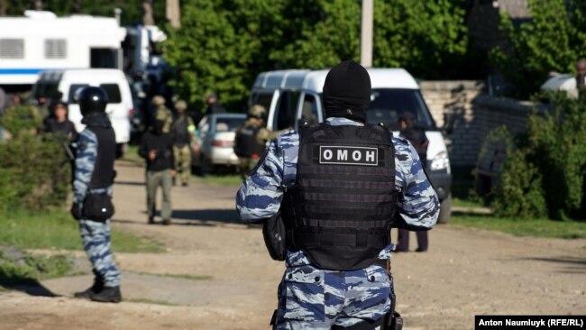 Так проходят обыски у крымско-татарских активистов в аннексированном Крыму