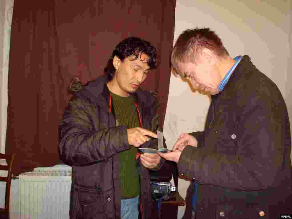 Беженец Самат Нургалиев показывает журналисту радио Азаттык Ержану Карабеку свой паспорт с приказом на депортацию. - Казахский беженец Самат Нургалиев показывает свой паспорт корреспонденту радио Азаттык Ержану Карабек. Общежитие в городе Брно, 1 февраля 2009 года.