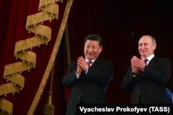 Қытай президенті Си Цзиньпин және Ресей басшысы Владимир Путин екі ел арасындағы дипломатиялық қатынастың орнауына 70 жыл толуын атап өту шарасында. Мәскеу, 5 маусым 2019 жыл.