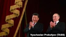 Глава Китая Си Цзиньпин (слева) и президент России Владимир Путин.