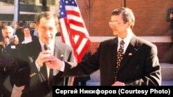 Александр Макаров (оң жақта) Томск мэрі болған кезде Монро (АҚШ) қаласында түсірілген сурет.