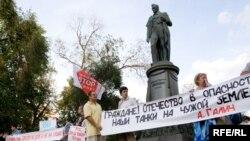 «Остановить Россию» призывают не только в Грузии. С подобными лозунгами выступили и активисты Антивоенного движения на митинге в Москве