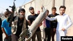 """Өздерін """"Ислам мемлекеті"""" деп атайтын террор тобының мүшелері Сирияның Ракка қаласында. 16 қыркүйек 2014 жыл. Көрнекі сурет."""
