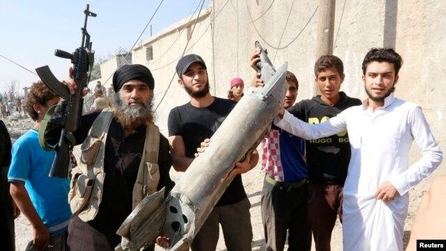 """Сирия. Боевик """"Исламского государства"""" позирует с обломками разбившегося военного самолета"""