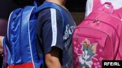 Učenici sa školskim ruksacima, ilustracija