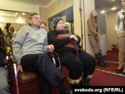 Бацькі Міхаіла Жызьнеўскага ў залі, дзе адбывалася прэсавая канфэрэнцыя