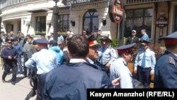 Задержания у центральной площади в Алматы. 21 мая 2016 года.