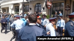 Полиция задерживает пришедших на площадь Республики. Алматы, 21 мая 2016 года.