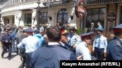 Полиция задерживает пришедших на площадь. Алматы, 21 мая 2016 года.