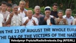 Учасники мітингу молилися за жертв комуністів і нацистів
