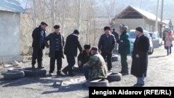 Кыргыз-тажик чегиндеги Көк-Таш айылынын тургундары. Баткен, 18-январь, 2014.