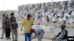 منتسبو الشرطة العراقية يقومون بتفتيش مدنيين في بعقوبة، 6 حزيران 2009