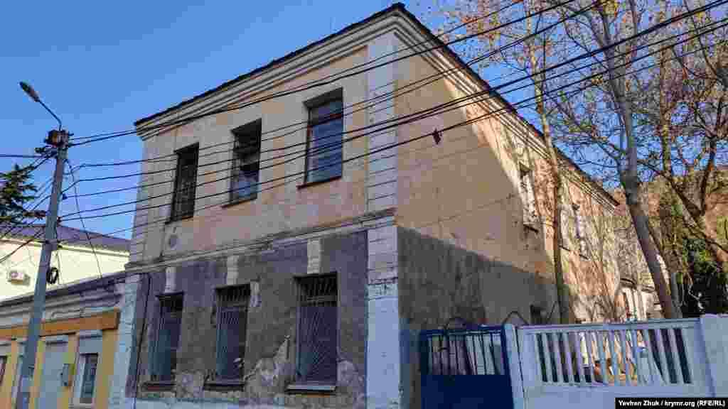 Бывшее здание балаклавского районного военкомата выставили на продажу еще до аннексии Крыма Россией, но покупатель до сих пор не нашелся