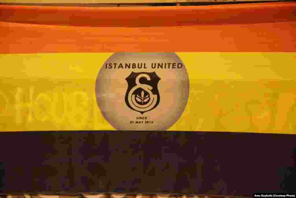 «Стамбул єдиний із 31 травня» – кольори трьох провідних футбольних клубів Туреччини зі Стамбула разом в одному прапорі на площі Таксім: червоний – «Ґалатасарай», жовтий – «Фенербахче», чорний – «Бешикташ».