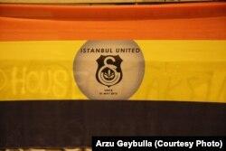 """Флаг """"объединенного футбольного протеста"""" - красный цвет Галатасарая, желтый цвет Фенербахче, черный Бешикташа"""