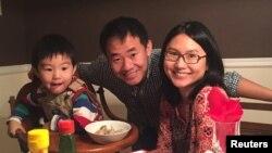 Гражданин США Сиюэ Ван со своей семьей.