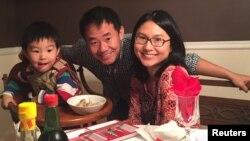 АҚШ азаматы Сиюэ Ван отбасымен бірге.