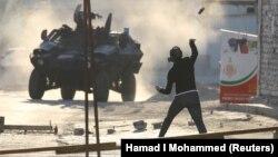 صحنهای از درگیریهای روز یکشنبه معترضان بحرینی و نیروهای ضد شورش/ به رغم گذشت پنج سال از ناآرامیهای ۲۰۱۱ اعتراضهای محدود به ویژه در میان شیعیان بحرین همچنان به چشم میخورد.