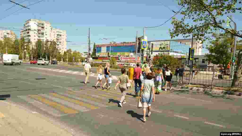 Теперь, чтобы пересечь проспект Острякова, нужно сделать «крюк» в полкилометра через два соседних регулируемых пешеходных перехода и потерять несколько минут
