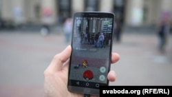 Молодые люди играют в Pokemon Go в Минске