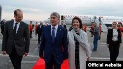 Президент Кыргызстана Алмазбек Атамбаев вместе с супругой Раисой Атамбаевой в аэропорту Тбилиси.