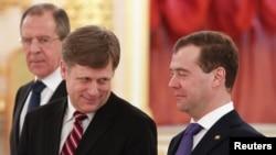 Майкл Макфол, посол США, с премьер-министром России Дмитрием Медведевым (справа) и министром иностранных дел России Сергеем Лавровым (слева).