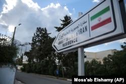 علامتی که محل اقامتگاه جمهوری اسلامی در مراکش را نشان میدهد؛ رباط جمهوری اسلامی را به حمایت از جبهه پولیساریو متهم میکند و به همین دلیل روابط سیاسی خود را با تهران قطع کرده است.