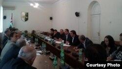 После бурного обсуждения депутаты приняли проект закона в первом чтении. 25 депутатов проголосовали за, шесть – против