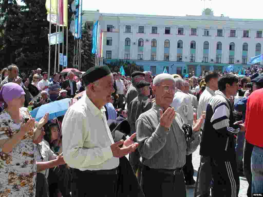 Рік 2006-й, Сімферополь, площа Леніна. Молитва – невід'ємна частина жалобного мітингу, адже депортація – це не лише виселення з дідівських будинків, це ще й численні людські жертви. Депортація – це геноцид. Україна визнала цей факт лише в 2015 році, Росія – не визнала досі.