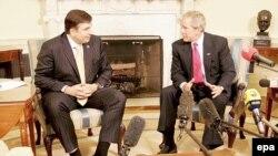 Президент США обешал грузинскому гостю при вступлении в НАТО свою поддержку. Наблюдатели сомневаются в ее твердости