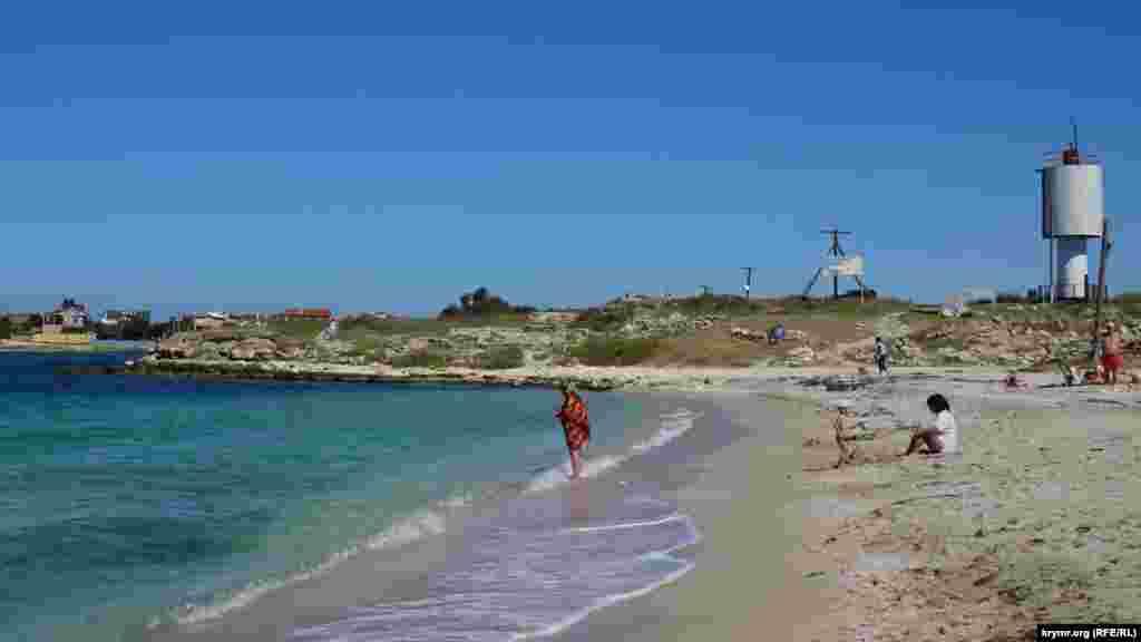 З протилежного боку Вузькою бухти, під руїнами античного городища Калос-Лімен (з грецької перекладається як Прекрасна Гавань), можна спокійно усамітнитися або ловити крабів