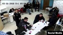 Полиция в Кемеровском штабе Навального (стоп кадр с камеры видеонаблюдения)
