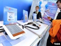 Мәскеуде өткен халықаралық кітап көрмесіне қойылған электронды кітаптардың сенсорлы құрылғысы. 6 қыркүйек 2010 жыл.