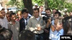 БУУнун качкындар боюнча башкы комиссары Антонио Гутериш Жалал-Абадда тополоңдон жабыркаган адамдар менен жолукту