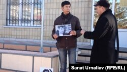 Оралда Ресей консулдығы алдына Борис Немцовты еске алуға барған белсенділер. Орал, 3 наурыз 2015 жыл.