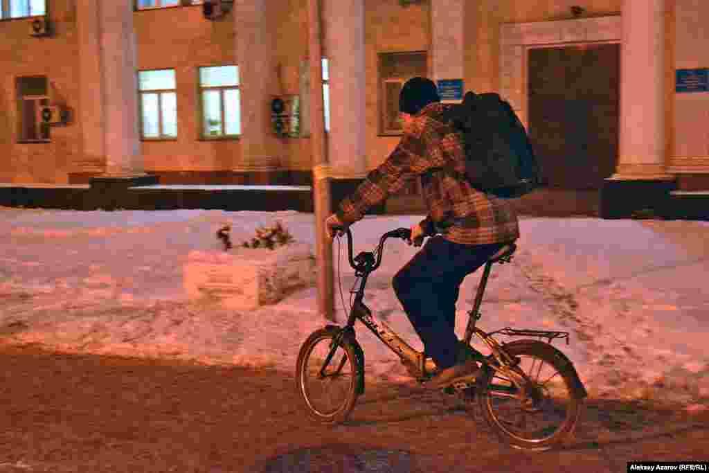 Максим, которого репортер Азаттыка встретил на одной из улиц Алматы вечером 7 февраля, работает в сфере полиграфии. На велосипеде ездит каждый день в любое время года. Он работает на доставке. Сейчас появились велосипедные дорожки и это, по его словам, очень удобно. Практически по всему городу по ним можно ездить. Однако в час пик водители заезжают на велодорожку, прижимая велосипедистов к бордюру. Об акции «Зимой на работу на велосипеде» он не слышал. Сказал, что у него такая акция каждый будний день.