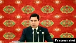 Turkmen President Gurbanguly Berdymukhammedov addresses the Council of Elders.