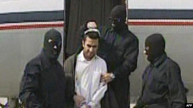 عبدالمالک ریگی،  رهبر  گروه جندالله، در میان نیروهای امنیتی ایران