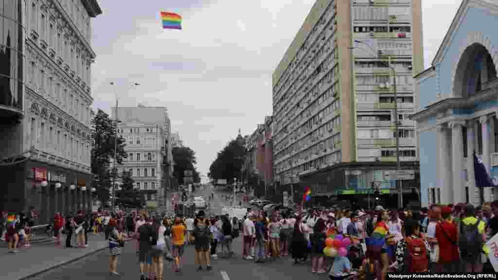 Перед началом шествия в небе над Киевом развернулся радужный флаг – международный символ ЛГБТ-сообщества