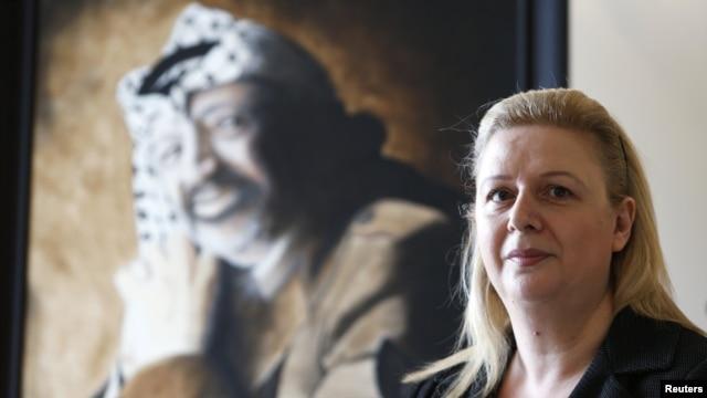 Suha Arafat i portret njenog pokojnog supruga i palestinskog lidera Jasera Arafata