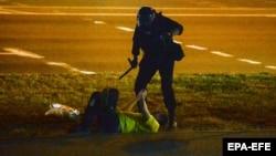 سرکوب یکی از معترضان در مینسک. چهارشنبه ۲۲ مرداد