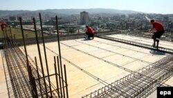Punëtorë ndërtimtarie në Kosovë (Foto nga arkivi)