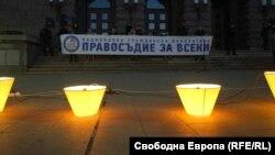 Протестиращите оставиха запалени фенери пред Министерския съвет