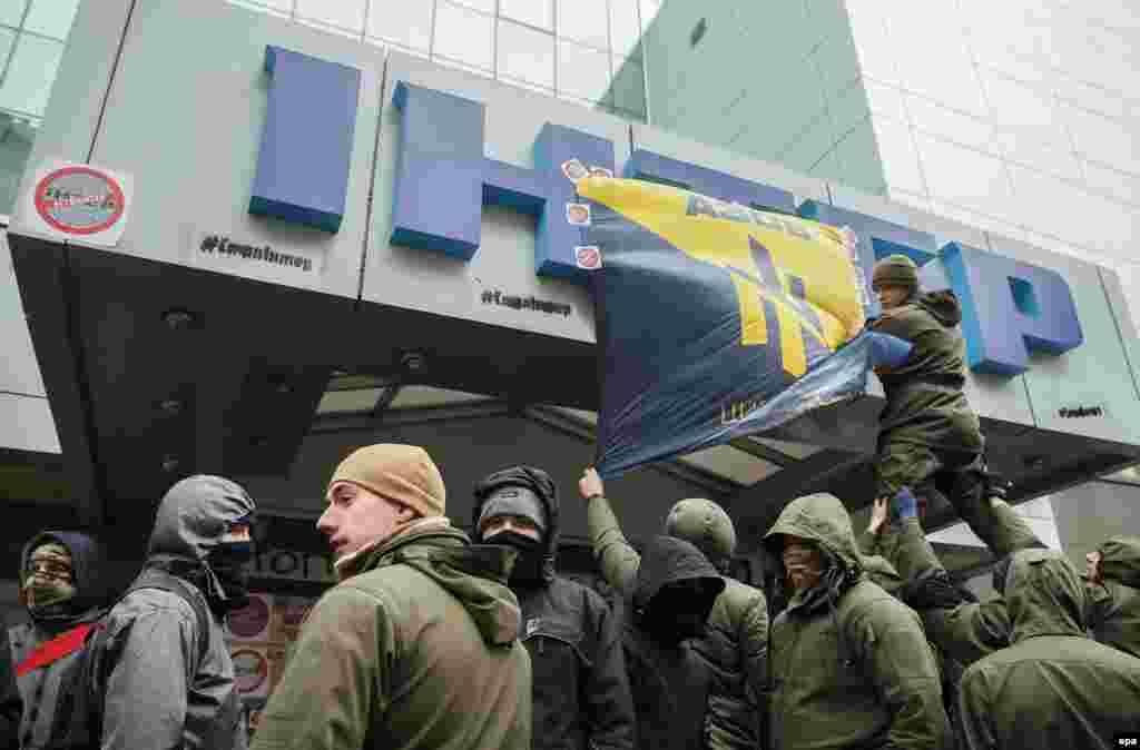 Активісти цивільного корпусу «Азов» блокують офіс телеканалу «Інтер». Вони вимагають переглянути політику каналу і заборонити російську пропаганду. Київ, 25 лютого 2016 року