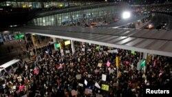 """Građani SAD protestuju protiv Trampove odluke na aerodromu """"Dž. F. Kenedi"""""""