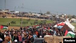 Израил менен Газа секторунун чек арасына чогулган палестиндер. 30-март, 2018-жыл